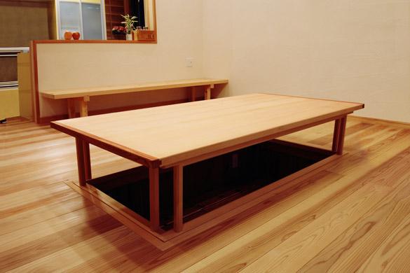 無垢の木のテーブル 備え付け