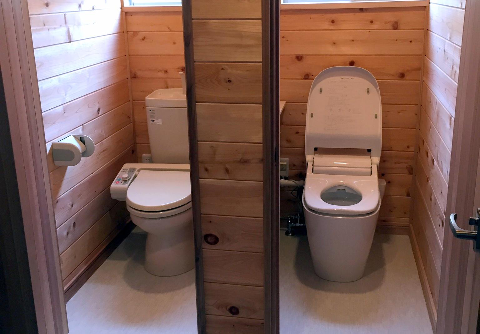 無垢の木のトイレ
