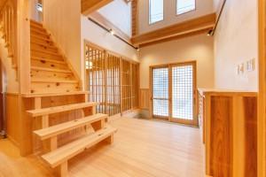 青梅市:吹き抜けのある玄関と人が集まる和室のある家